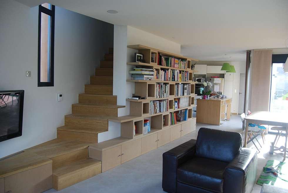Salon, bibliothèque et escalier: Salon de style de style Moderne par SARA Architecture