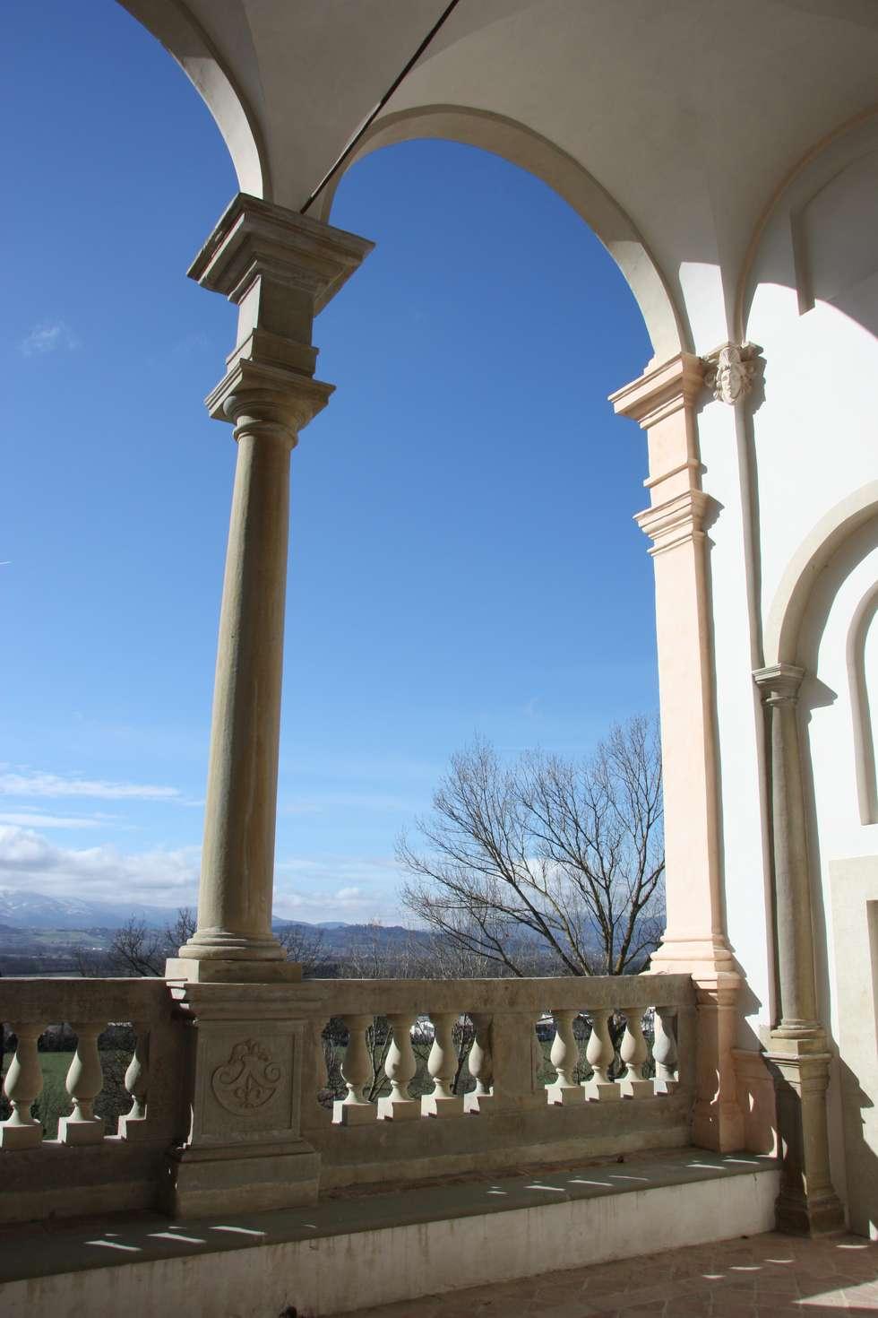 Loggia del piano nobile: Musei in stile  di Architetti Laura Romagnoli e Guido Batocchioni Associati
