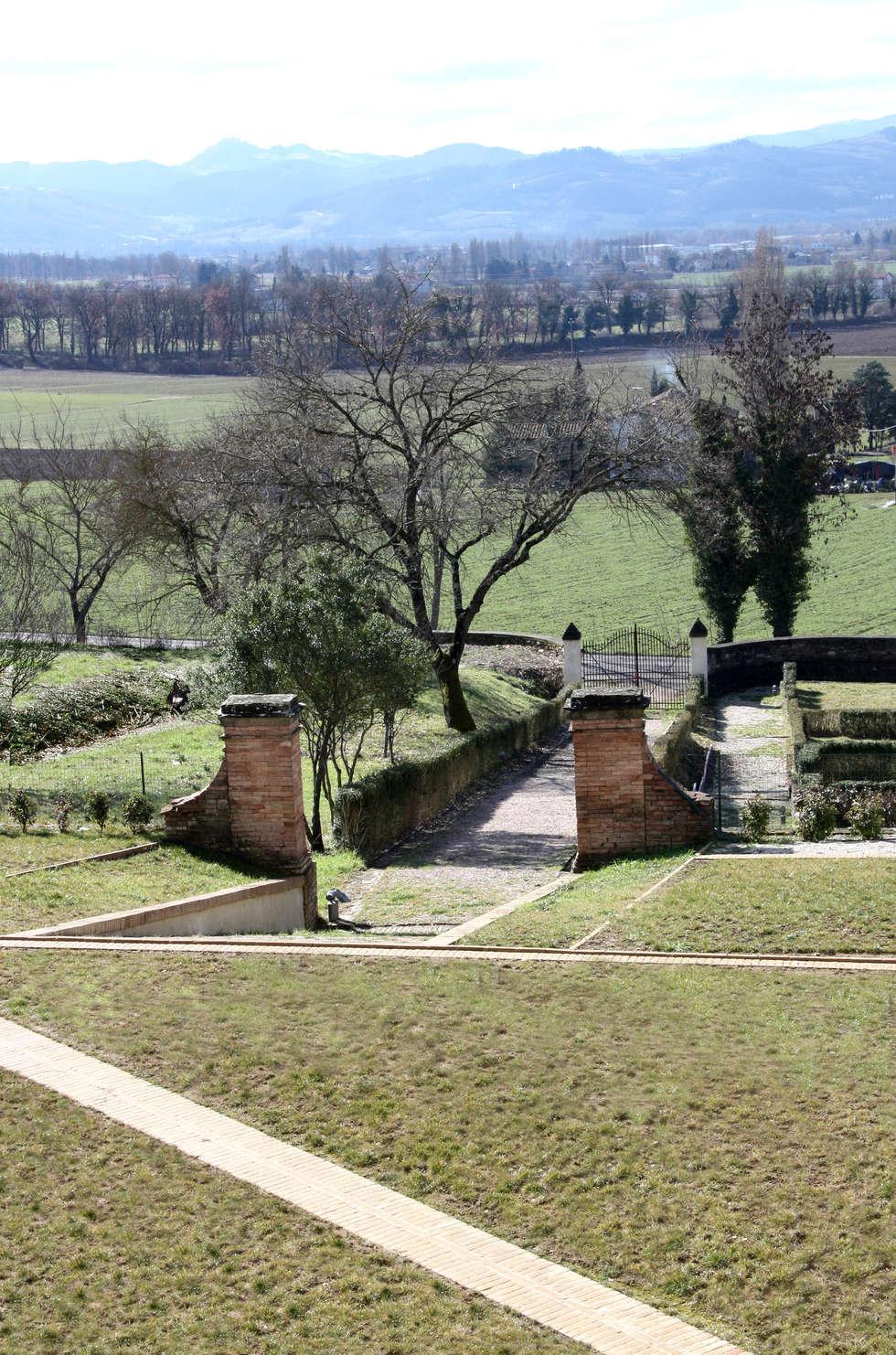 I percorsi nel parco. Viale d'ingresso alla Villa.: Musei in stile  di Architetti Laura Romagnoli e Guido Batocchioni Associati