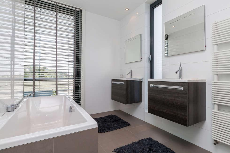 Woonhuis PMTJ Eindhoven : moderne Badkamer door 2architecten