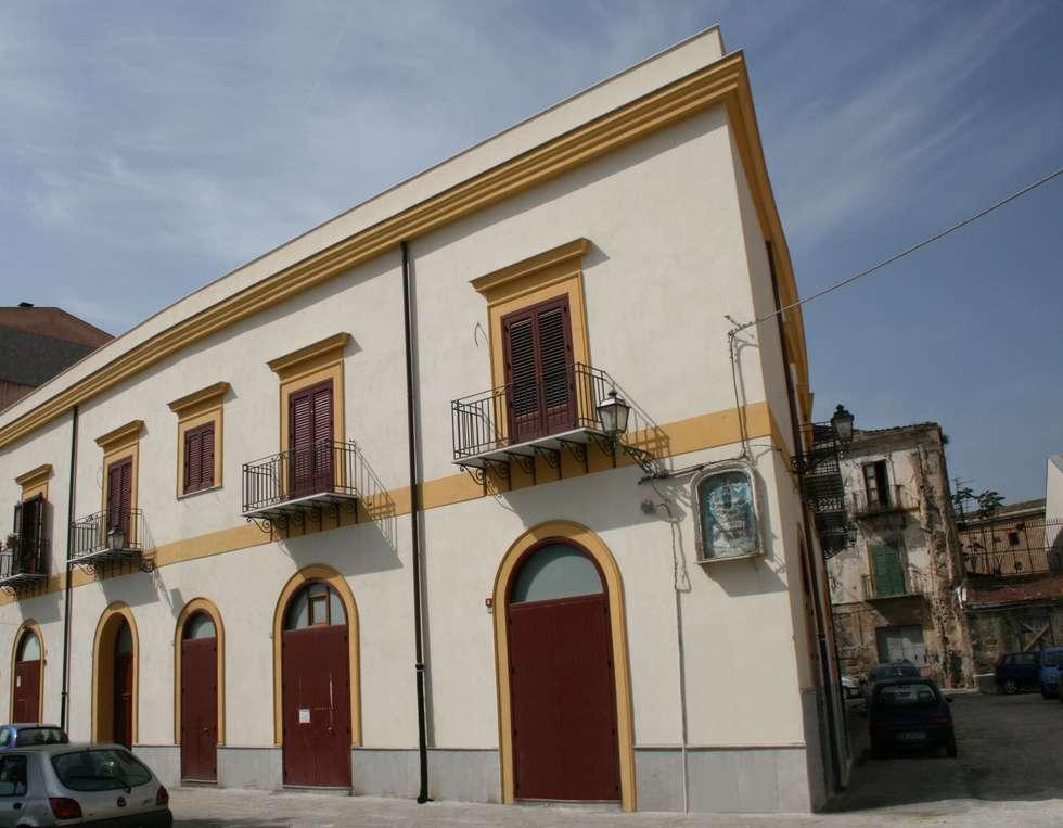 Palazzo Caronia: Case in stile in stile Classico di Studio Scibilia srl