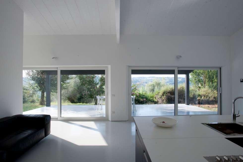 Casa in legno Alma Negra: Soggiorno in stile in stile Moderno di Progettolegno srl