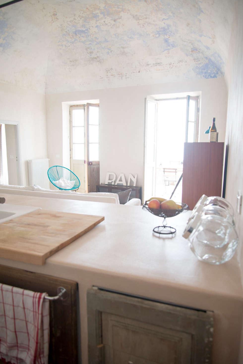 Appartamento a Verezzi_ la cucina: Cucina in stile in stile Mediterraneo di con3studio