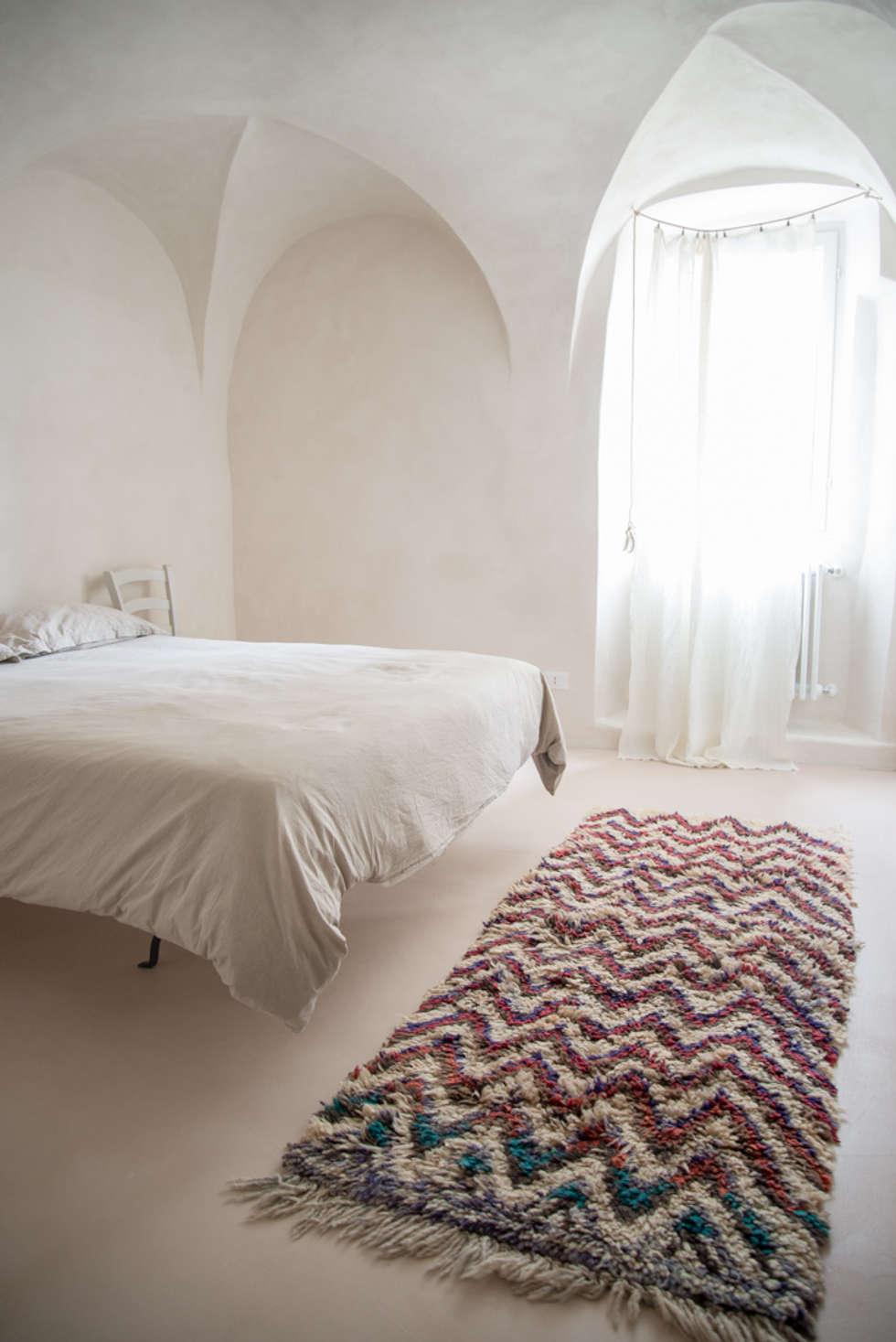Camera da letto al mare: Camera da letto in stile in stile Mediterraneo di con3studio
