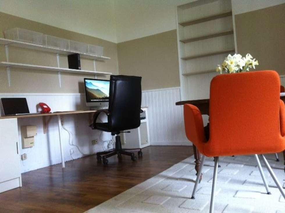 Bureau pour travail à domicile avec grand espace de travail, de nombreuses étagères et une table de réunion chinée..: Bureau de style de style Scandinave par RAAB Architecture