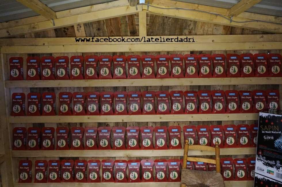 Chalet exposant en bois de palettes: Locaux commerciaux & Magasins de style  par l'atelier d'adri