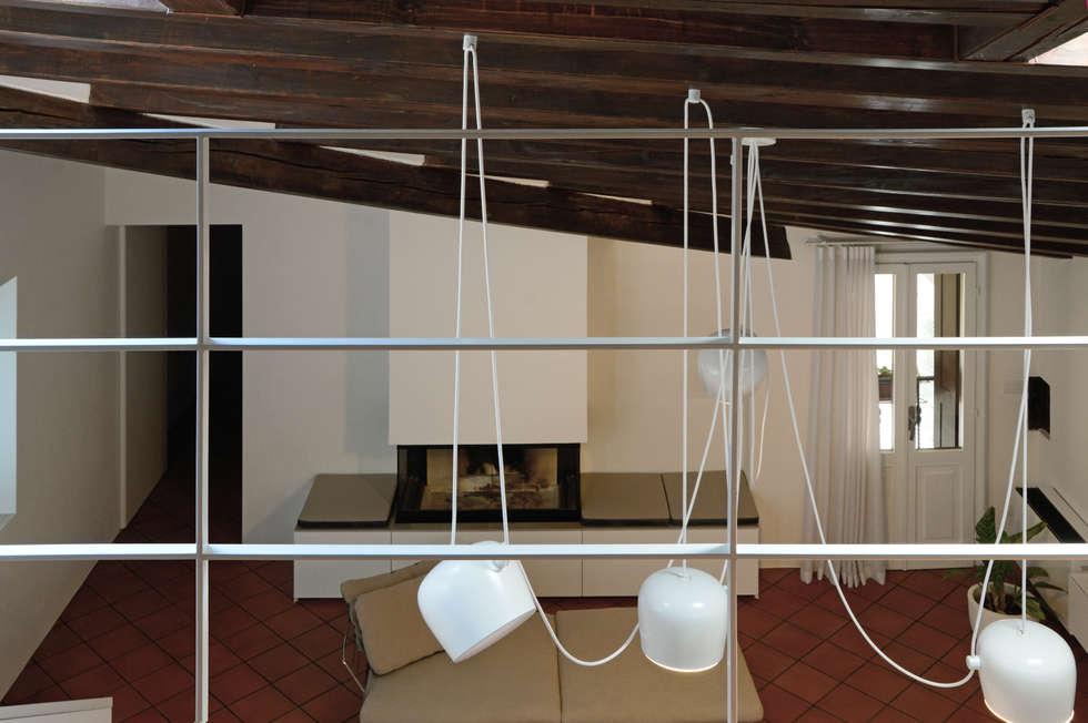 Vista dal soppalco: Soggiorno in stile in stile Moderno di NEARCH architecture & design