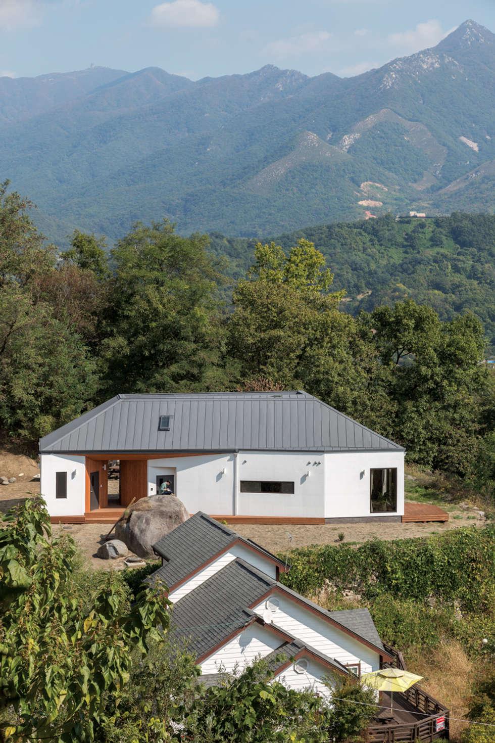 바위집 전경: B.U.S Architecture의  주택