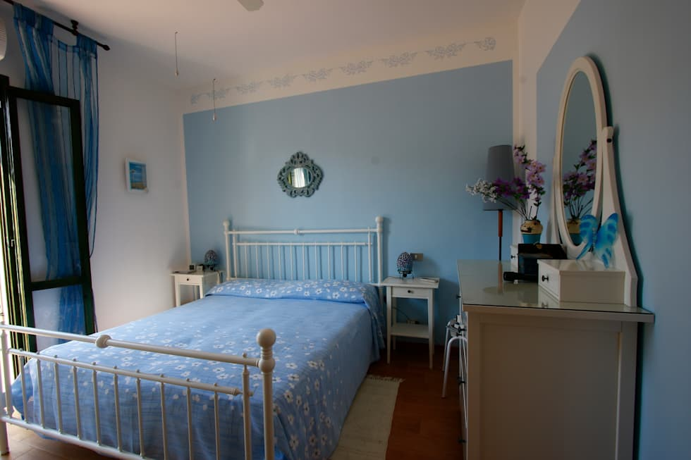camera padronale: Camera da letto in stile in stile Mediterraneo di DL interior design