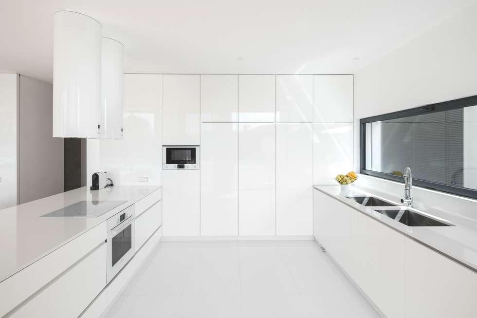 Casa Touguinhó II: Cozinhas minimalistas por Raulino Silva Arquitecto Unip. Lda