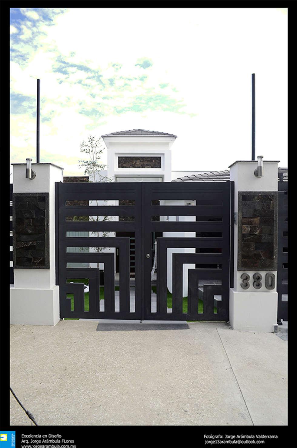 puerta exterior de ingreso: Casas de estilo moderno por Excelencia en Diseño