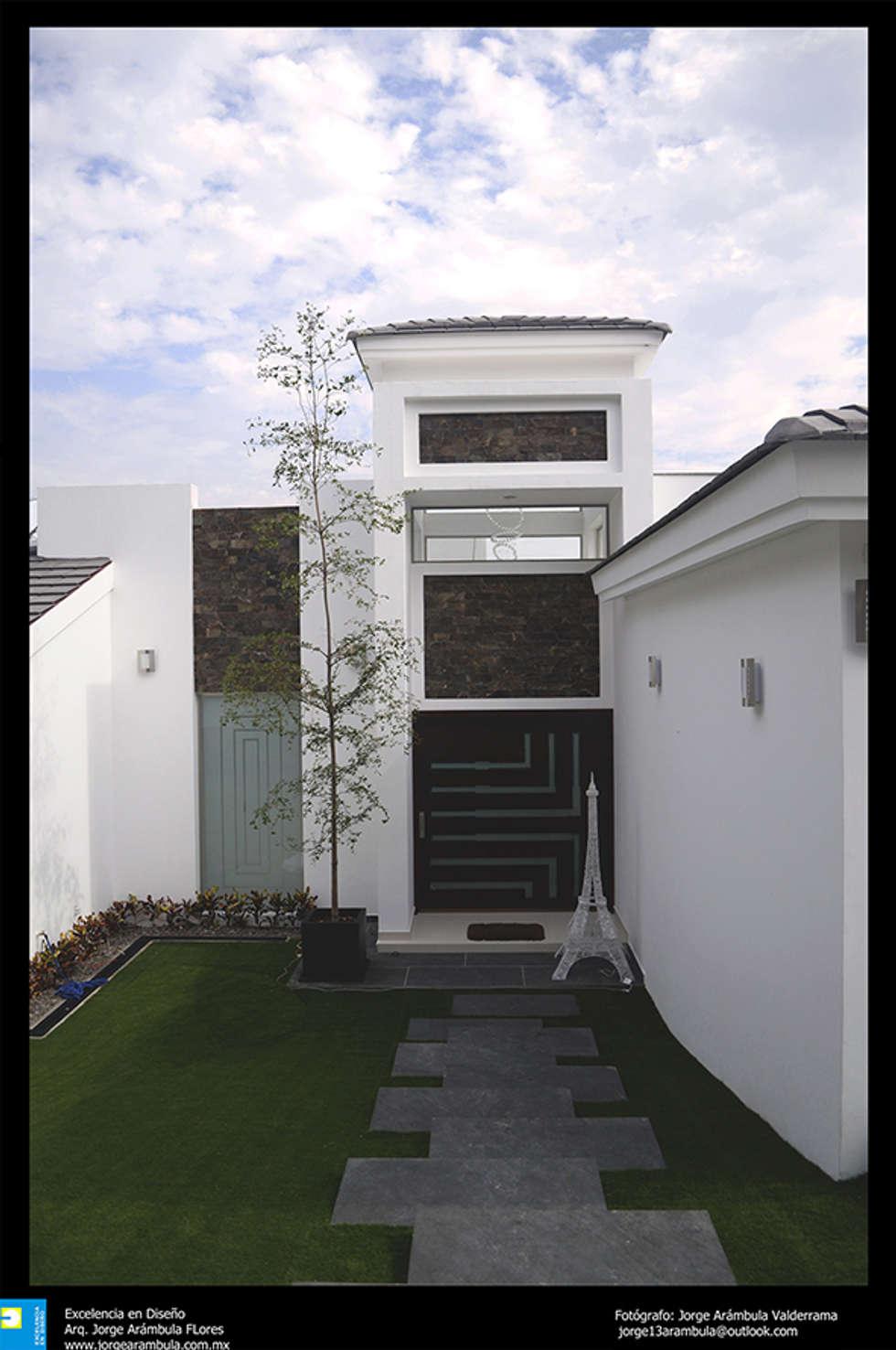 el ingreso principal: Casas de estilo moderno por Excelencia en Diseño