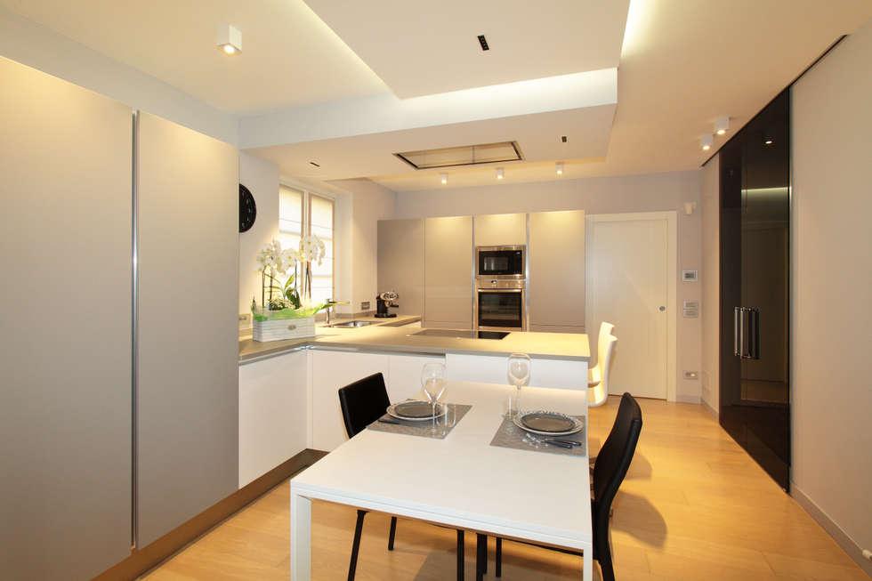 VILLA  A GUARENE: Cucina in stile in stile Moderno di architetto roberta castelli
