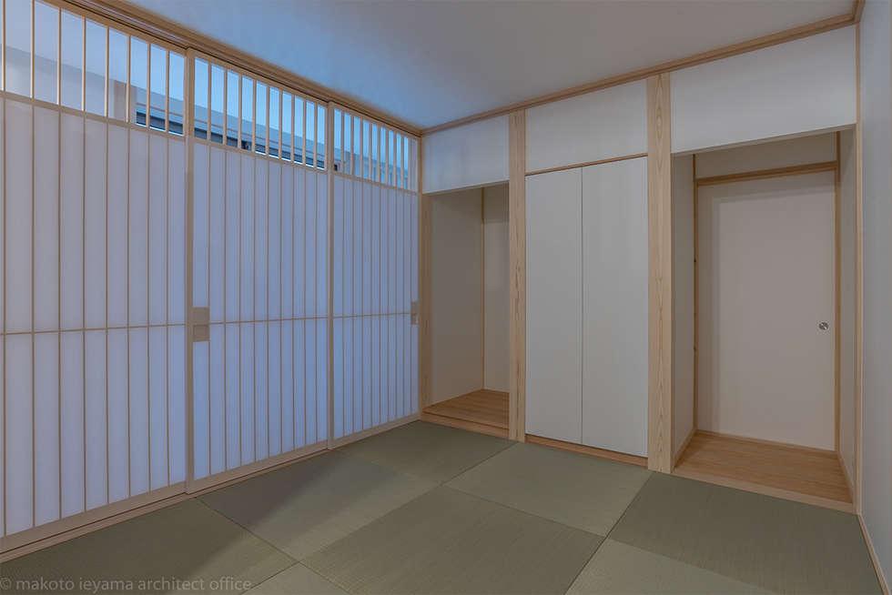 畳コーナー(仏間): 家山真建築研究室 Makoto Ieyama Architect Officeが手掛けたリビングです。