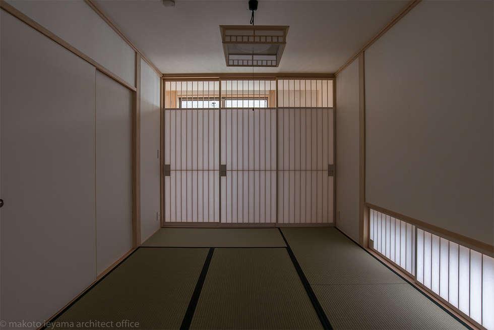 和室: 家山真建築研究室 Makoto Ieyama Architect Officeが手掛けた寝室です。