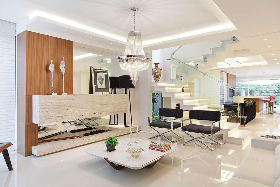 Casa B+E: Salas de estar ecléticas por ANDRÉ PACHECO ARQUITETURA