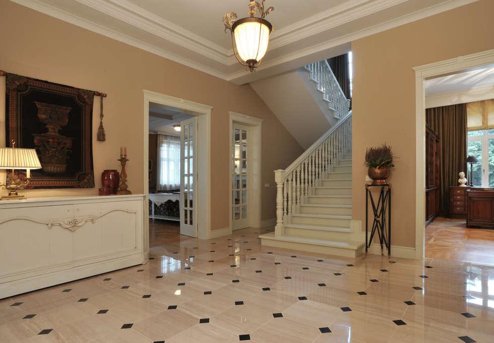 House in Darmstadt: Couloir et hall d'entrée de style  par Petr Kozeykin Designs LLC, 'PS Pierreswatch'