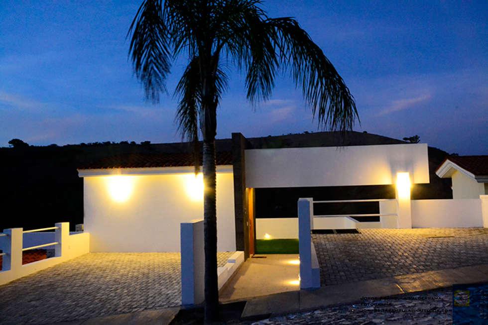 ingreso nocturno: Casas de estilo moderno por Excelencia en Diseño