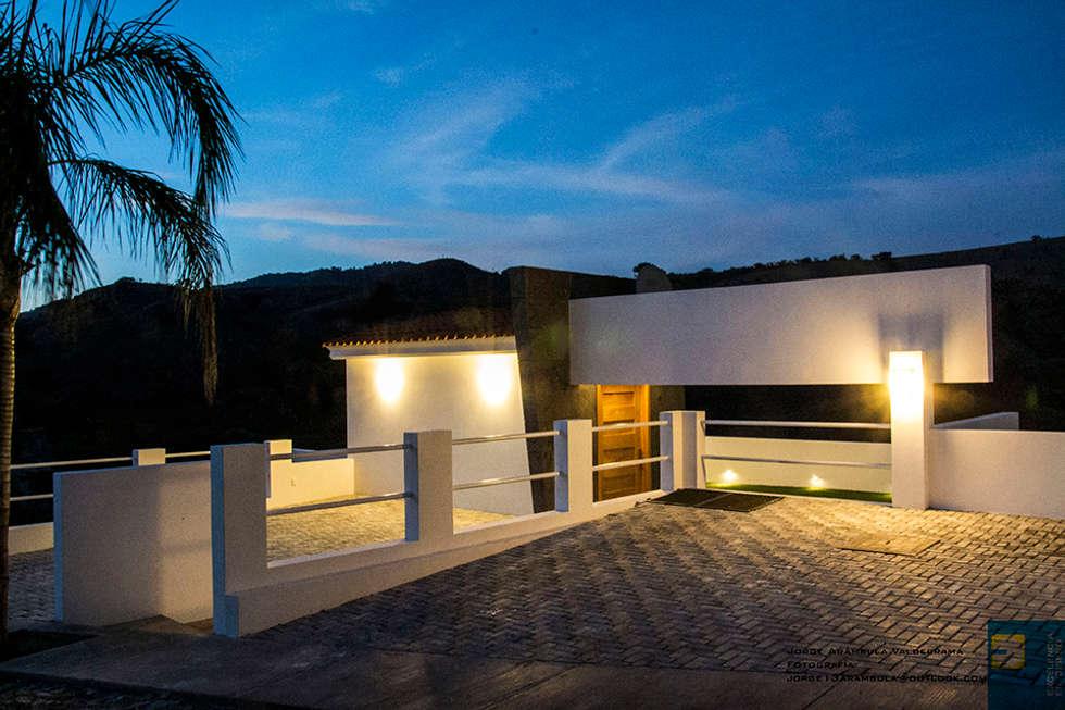 ingreso de atardecer: Casas de estilo moderno por Excelencia en Diseño