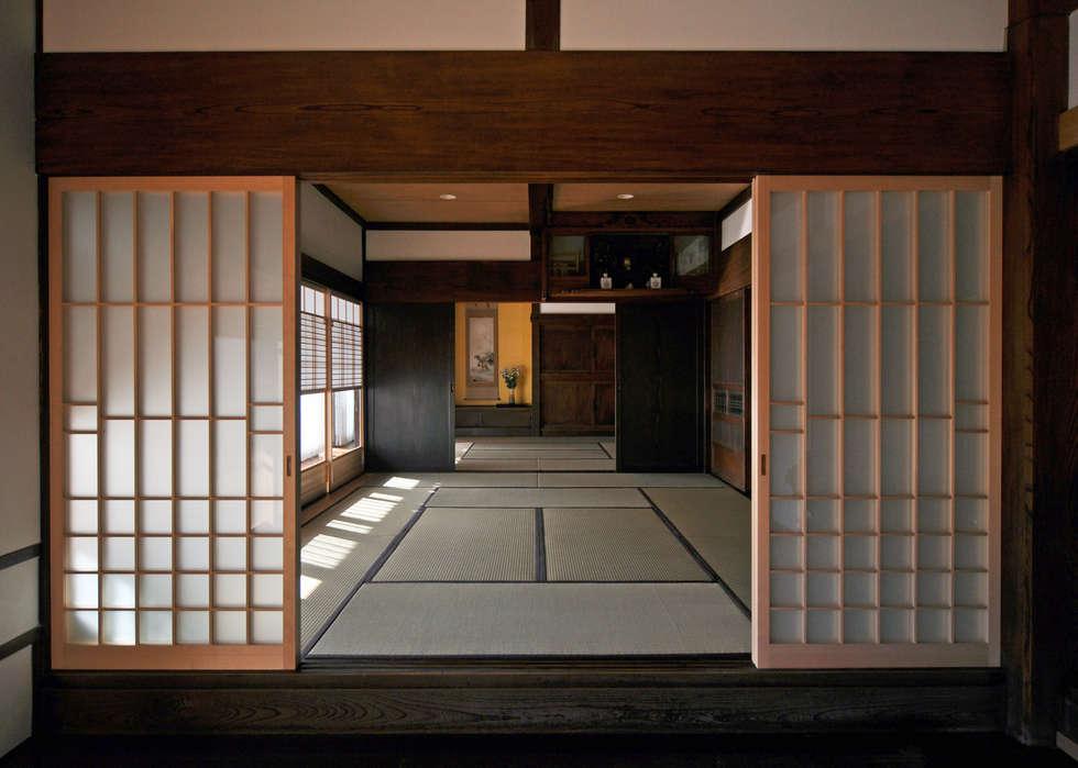 玄関土間から客間を望む: (株)独楽蔵 KOMAGURAが手掛けた廊下 & 玄関です。