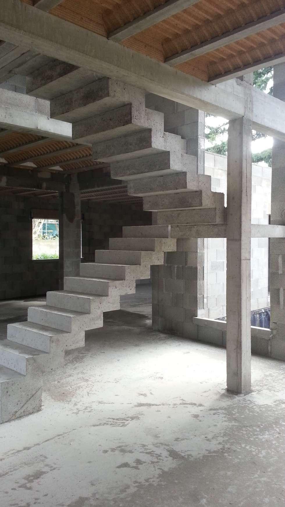 Escaliers en construction: Couloir et hall d'entrée de style  par Concept Creation