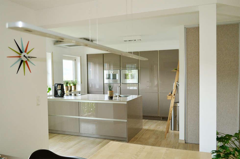 Umbau 90er Jahre Wohnhaus: Moderne Küche Von HONEYandSPICE Innenarchitektur  + Design