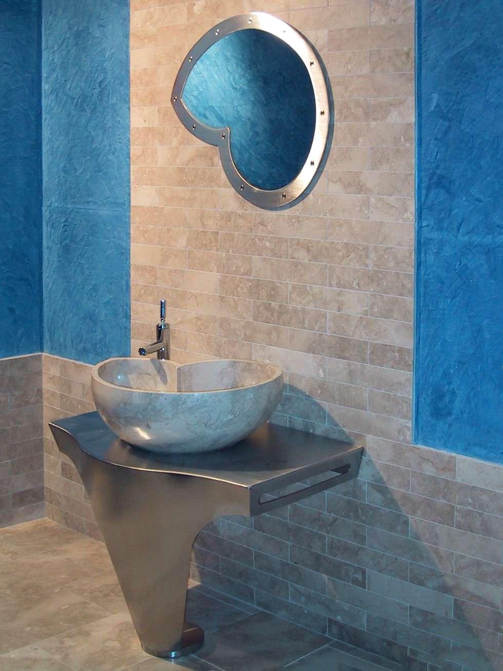 Lavabo Nautilus in marmo Cappuccino: Bagno in stile in stile Moderno di CusenzaMarmi