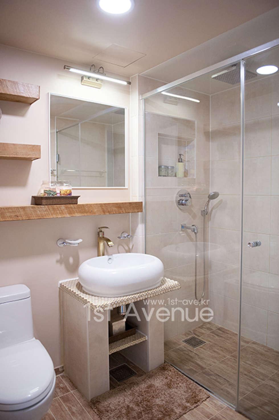 가구를 위한 모던인테리어 : 퍼스트애비뉴의  화장실