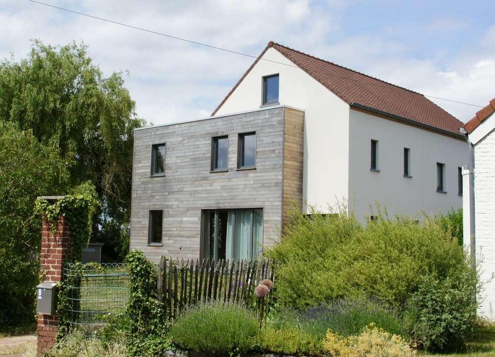 Façade avant, vue depuis l'allée d'accès: Maisons de style de style Moderne par Bureau d'Architectes Desmedt Purnelle