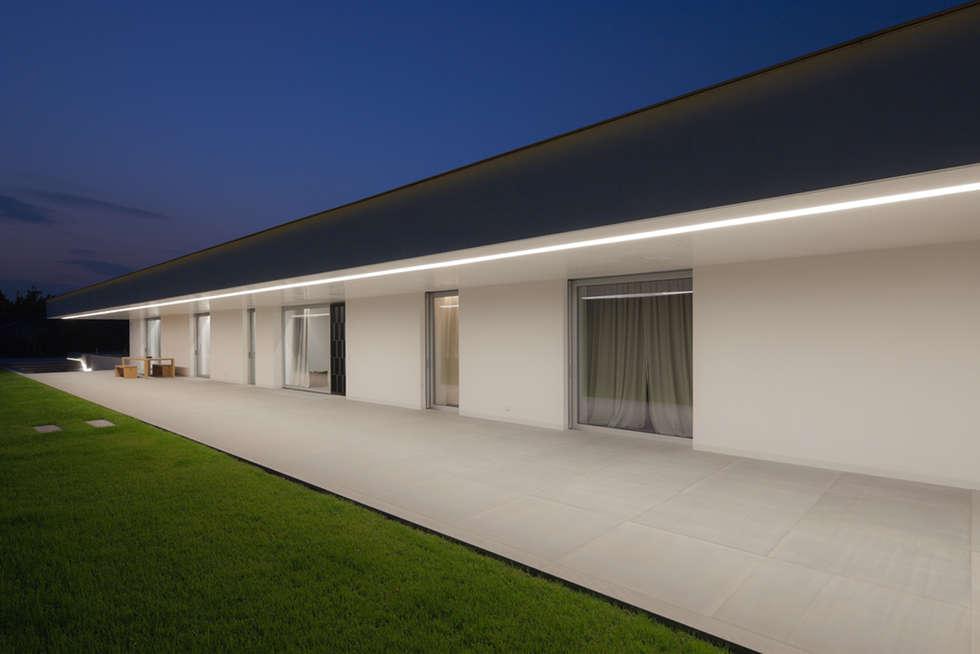 CASA DELLE BOTTERE: Case in stile in stile Moderno di GLIP   The Lighting Partner