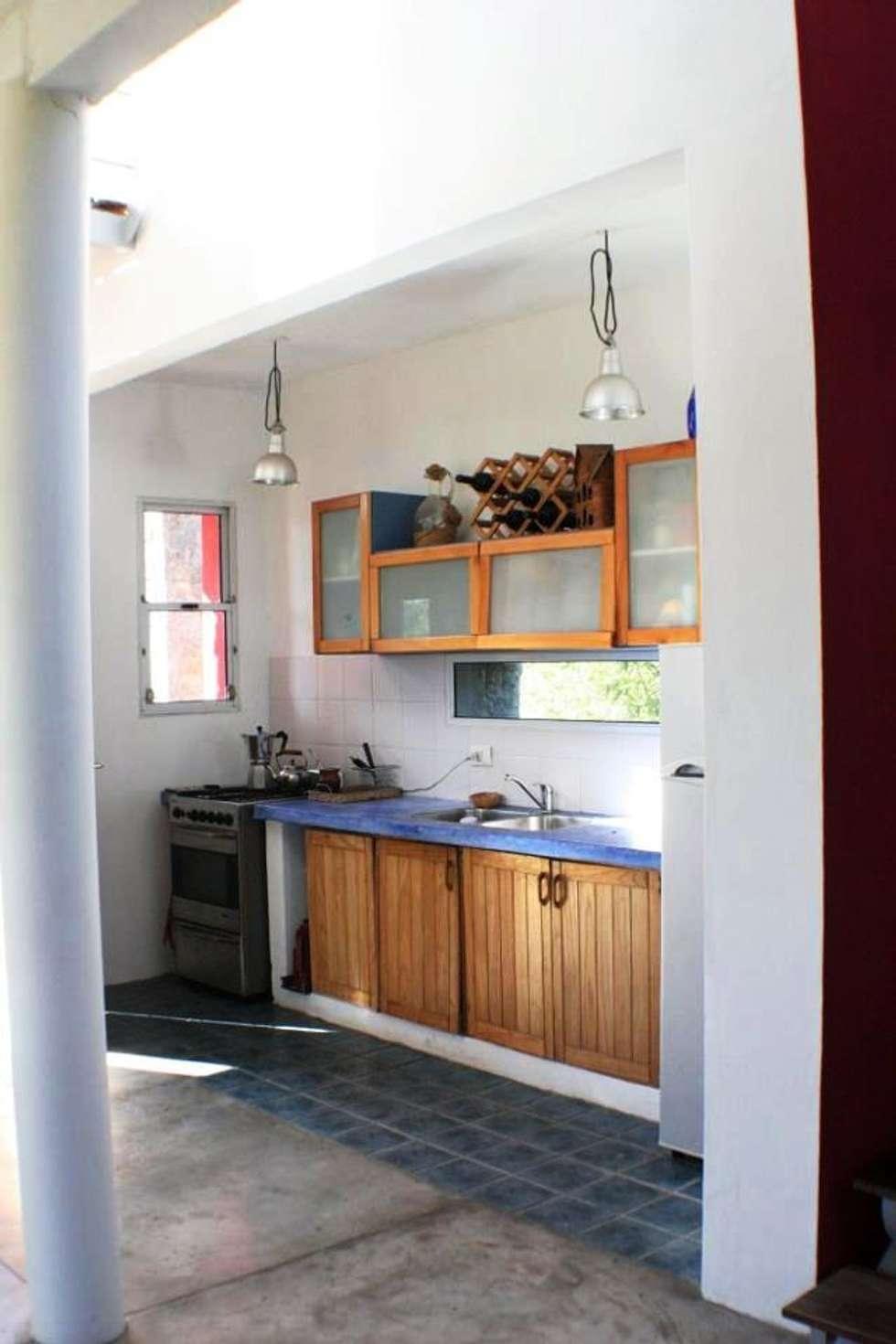 Casa Pampillo: Cocinas de estilo moderno por AyC Arquitectura