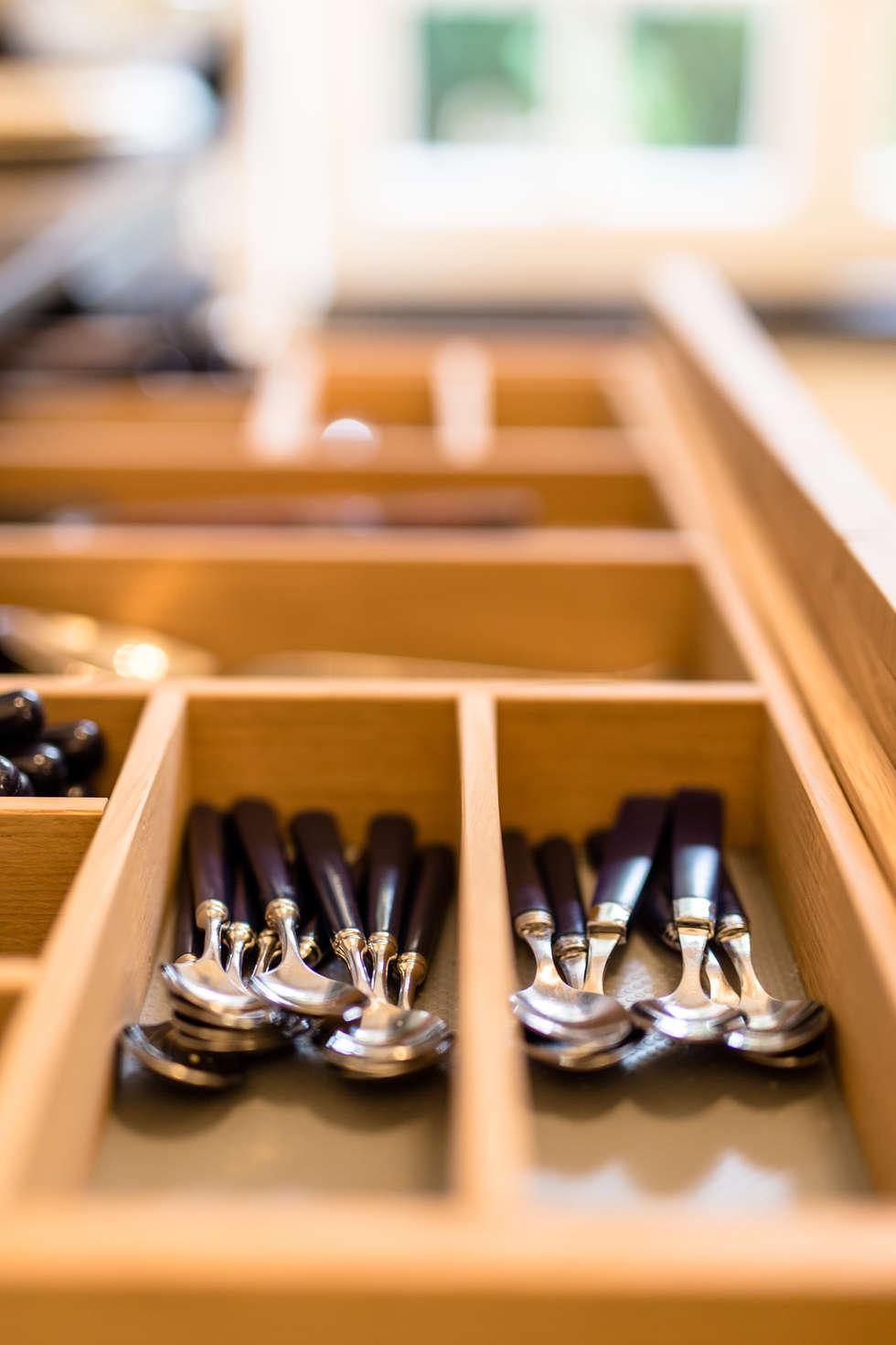 Range couvert de la Cuisine Française en chêne: Cuisine de style de style Classique par MJ Home