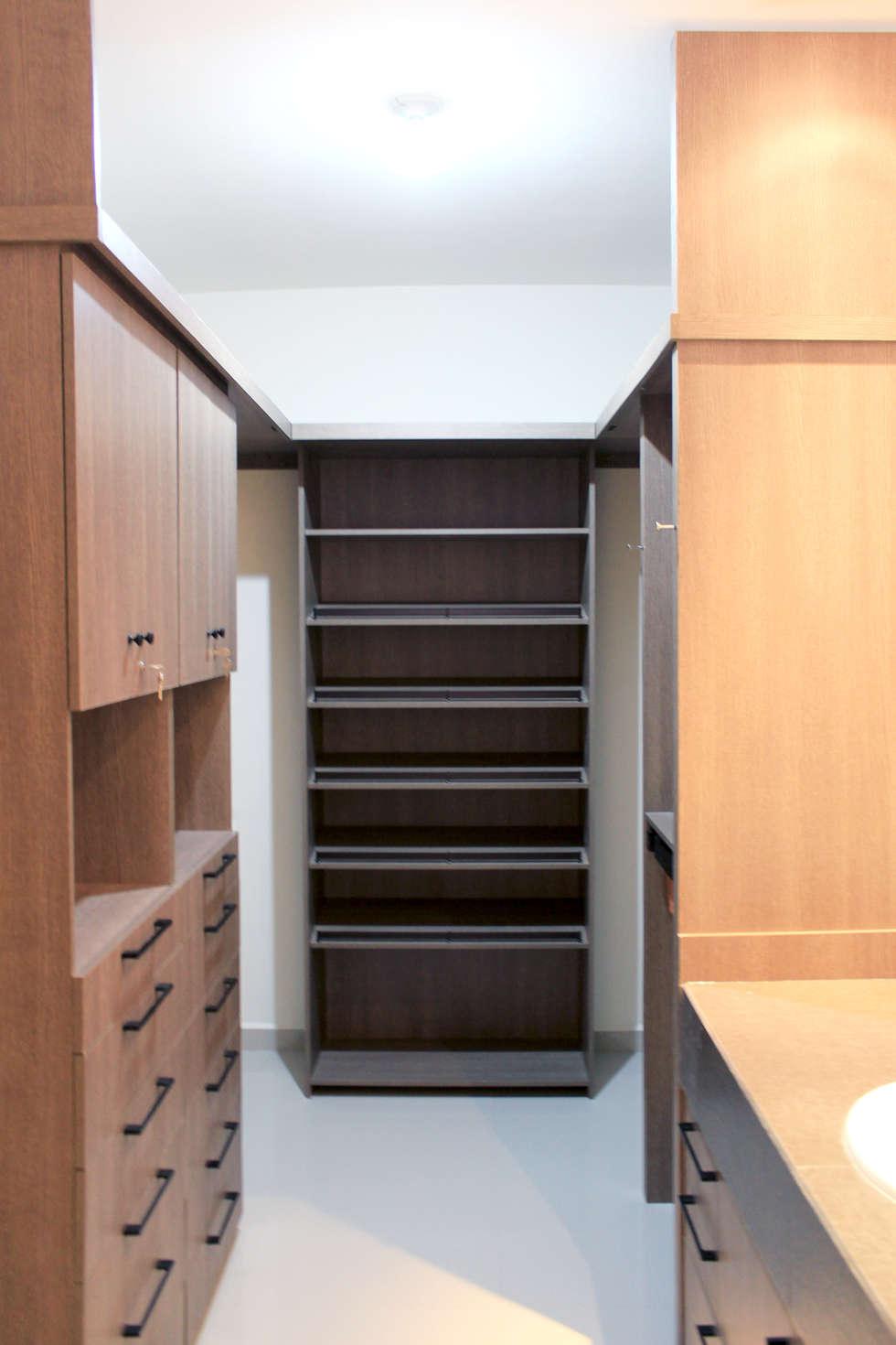 Walk in closet y baño: Vestidores y closets de estilo industrial por D.I. Pilar Román