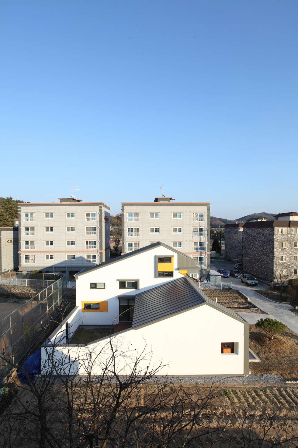 마당을 감싼 형태의 중정주택: 주택설계전문 디자인그룹 홈스타일토토의  주택