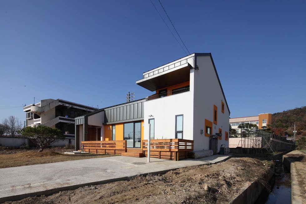 2.5층의 본채가 빌라타운쪽에서의 시선을 막아준다.: 주택설계전문 디자인그룹 홈스타일토토의  주택