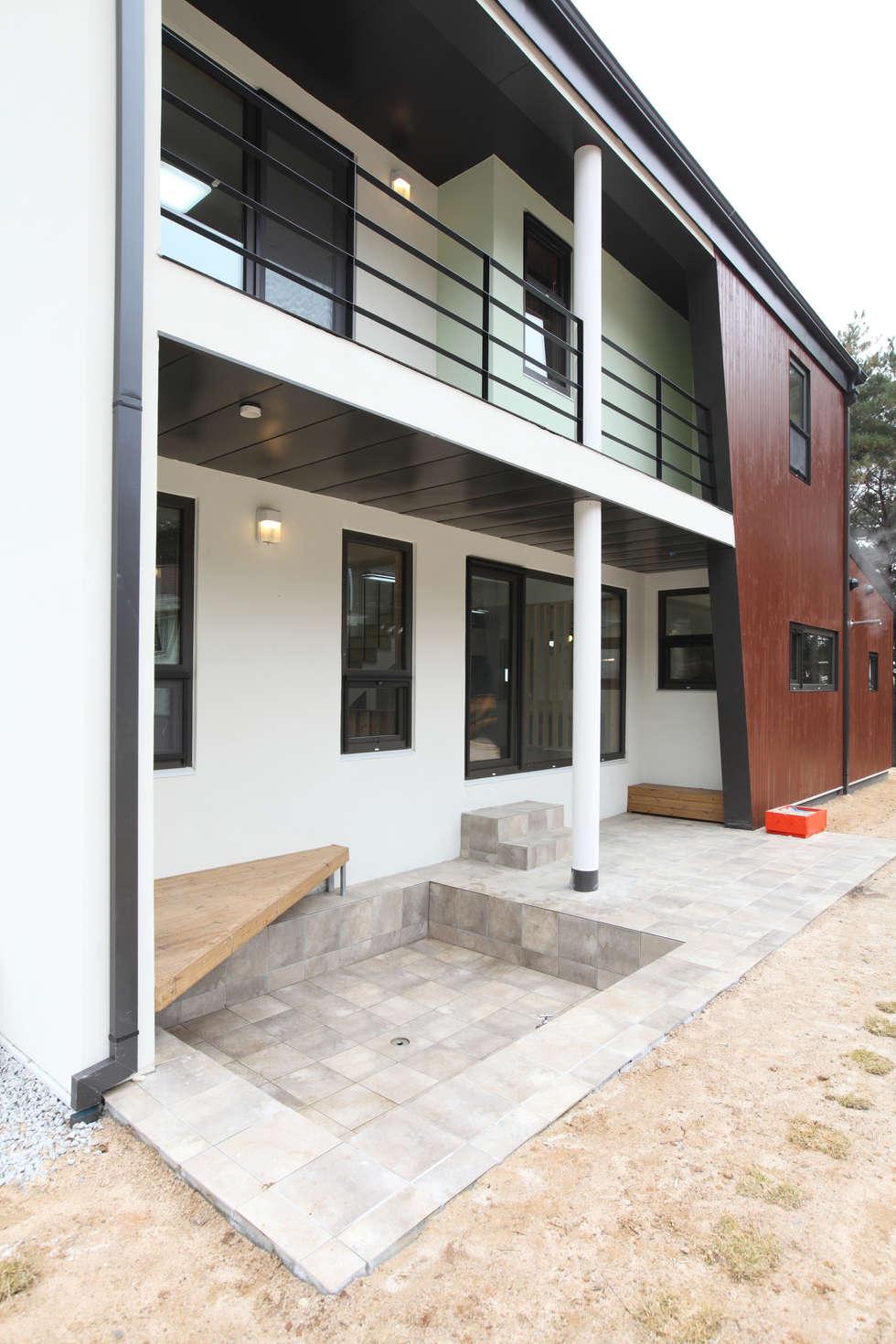 처마가 드리워진 미니풀장: 주택설계전문 디자인그룹 홈스타일토토의  주택