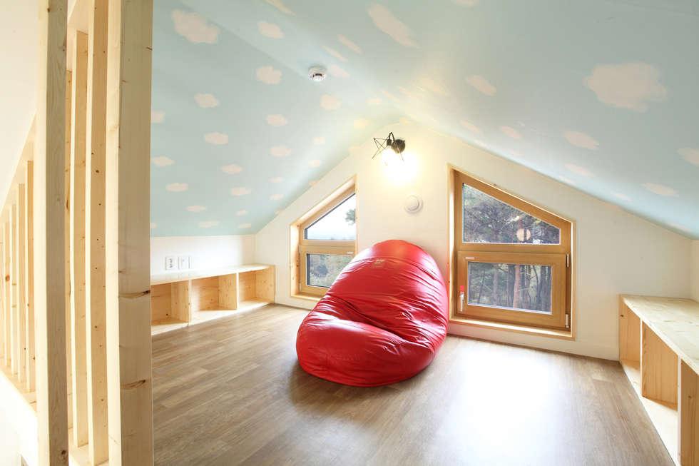 아이들 놀이방 다락: 주택설계전문 디자인그룹 홈스타일토토의  침실