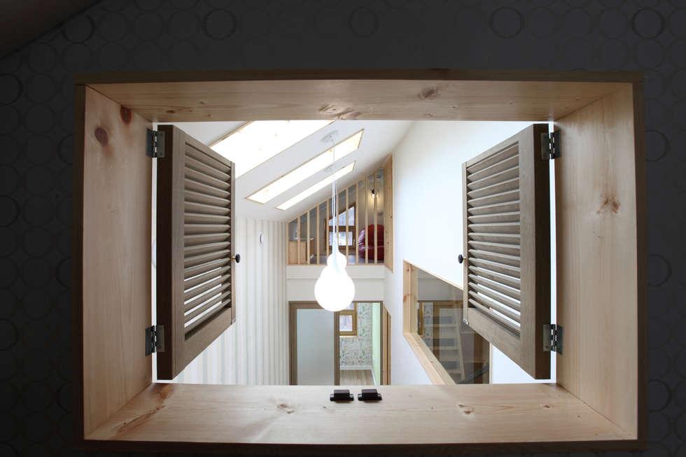 다락에서 복도를 바라봄: 주택설계전문 디자인그룹 홈스타일토토의  복도 & 현관