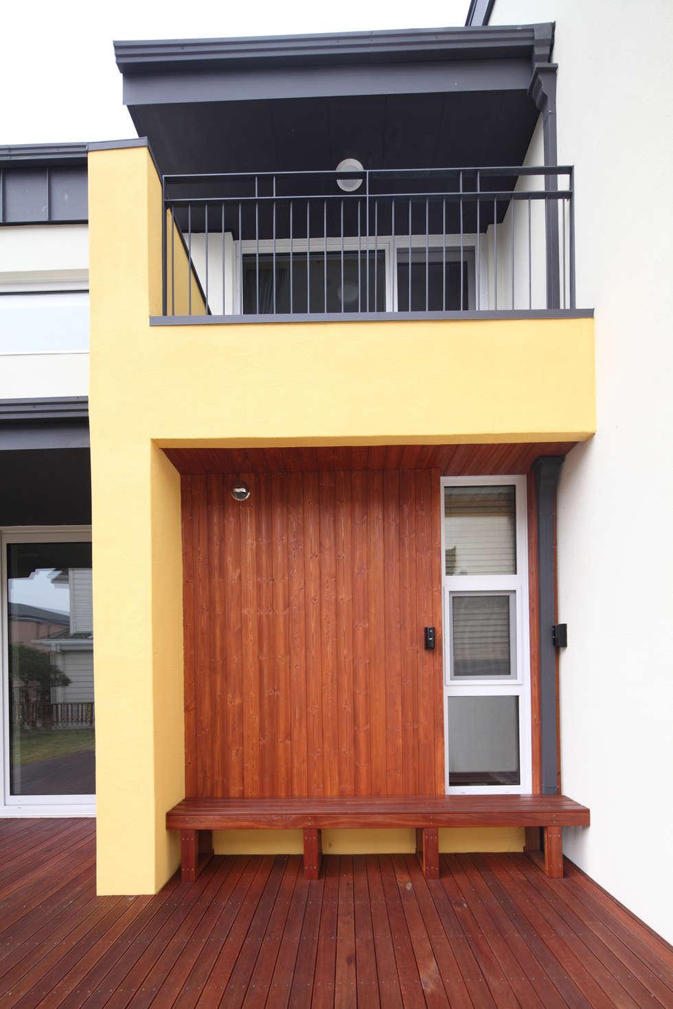 남쪽 마당에서의 외관: 주택설계전문 디자인그룹 홈스타일토토의  주택