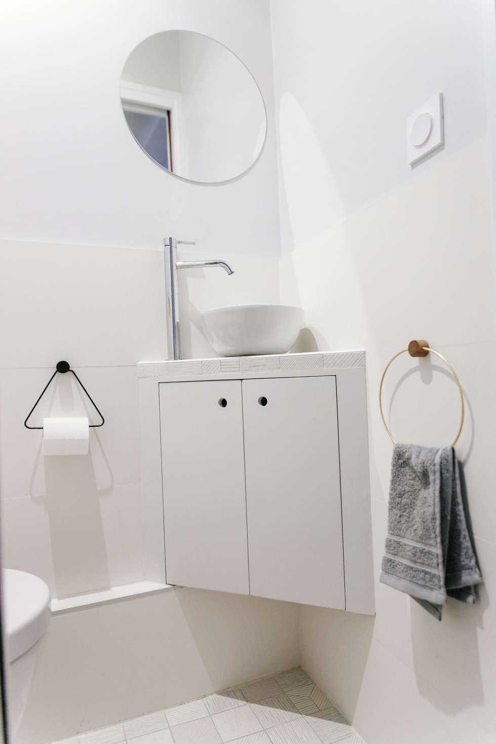 WC: Couloir et hall d'entrée de style  par Lise Compain