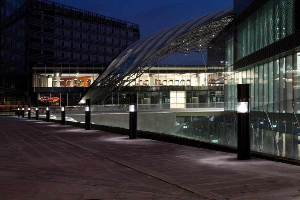 TORRE UNIPOL : Spazi commerciali in stile  di GLIP | The Lighting Partner
