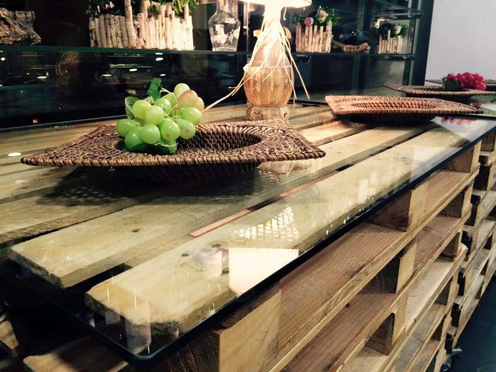 Tavolo in pallet arredo bar : Cantina in stile in stile Rustico di RicreArt - Italmaxitetto