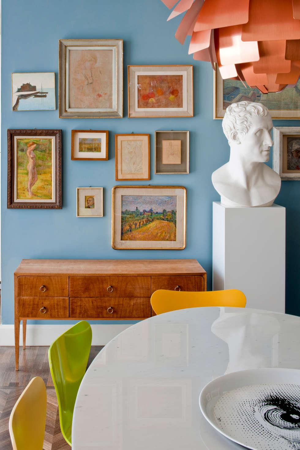 Casa Alessandra - parete con quadri: Sala da pranzo in stile in stile Classico di Studio Carlo Dal Bianco