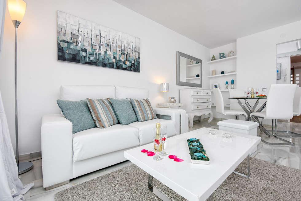 Apartamento con encanto: Salones de estilo escandinavo de Espacios y Luz Fotografía