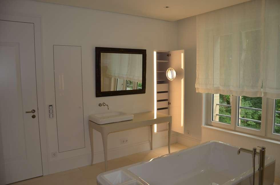 Baños de estilo moderno por  ARNOLD-Möbelmanufaktur GmbH & Co. KG - Finest Interiors