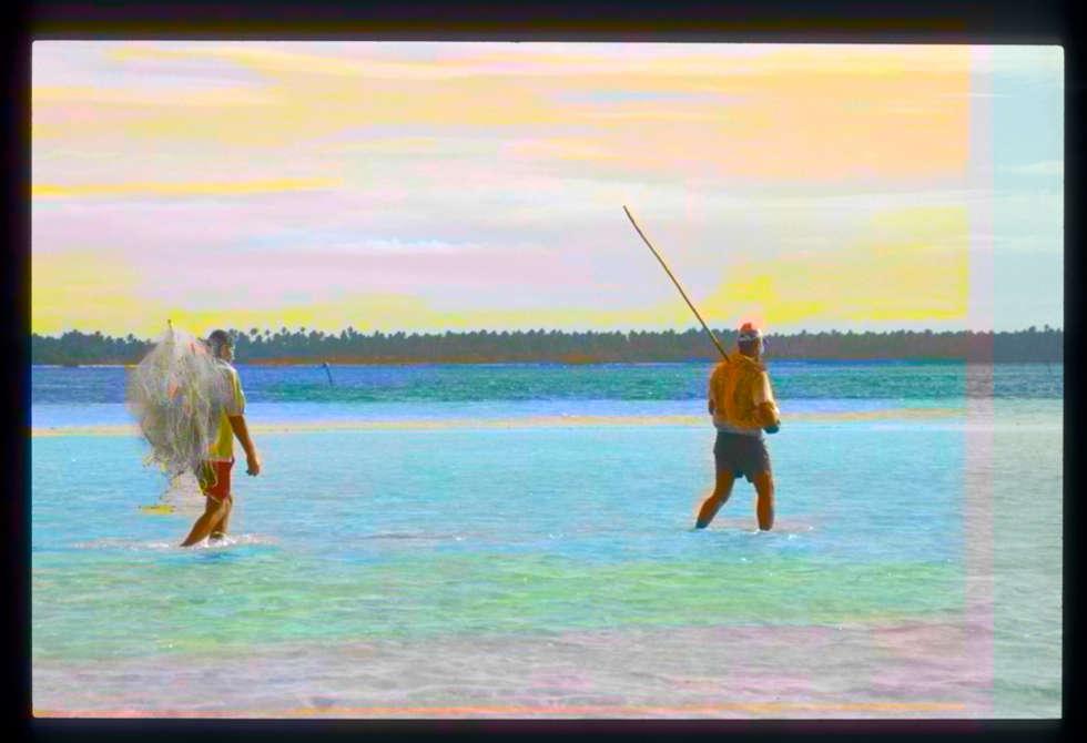 Pêche au filet dans le lagon: Salon de style de style Moderne par ahgraph