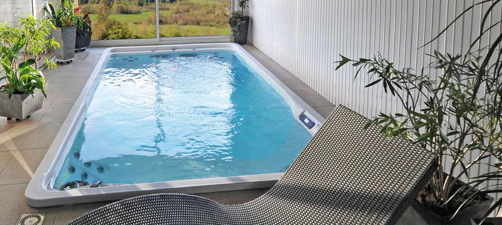 Piscina PrettyPool con accessori spa installata internamente.: Piscina in stile in stile Moderno di Bsvillage Piscine