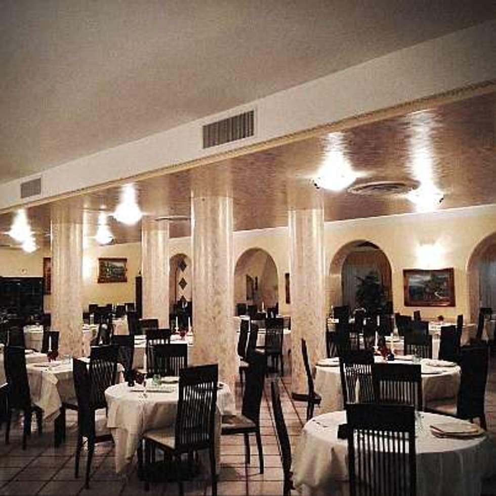CONVERSIONE AL LED: Sala da pranzo in stile in stile Classico di lar luce alto rendimento srl