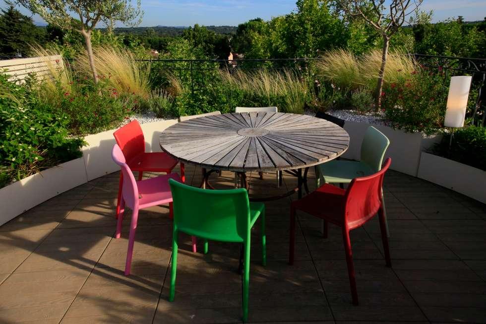 Jardin contemporain sur une terrasse en ville: Jardin de style de style Moderne par CONCEPTUELLES PAYSAGE ET DECORATION