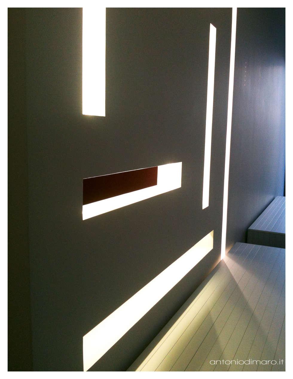 Vista della parete che nasconde un piccolo studiolo: Soggiorno in stile in stile Minimalista di antoniodimaro&partners